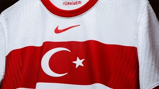 Nike logosunu Türk bayrağının üstüne çıkardılar!